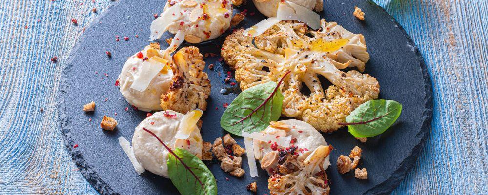 Kluski śląskie z kalafiorowym pesto, włoskim serem, migdałami, chrupiącą kruszonką i chilli
