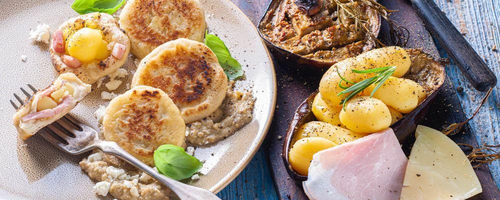 Mini focaccie z ziemniaczkami bez skórki z szynką, serem Provola i kremem z bakłażana