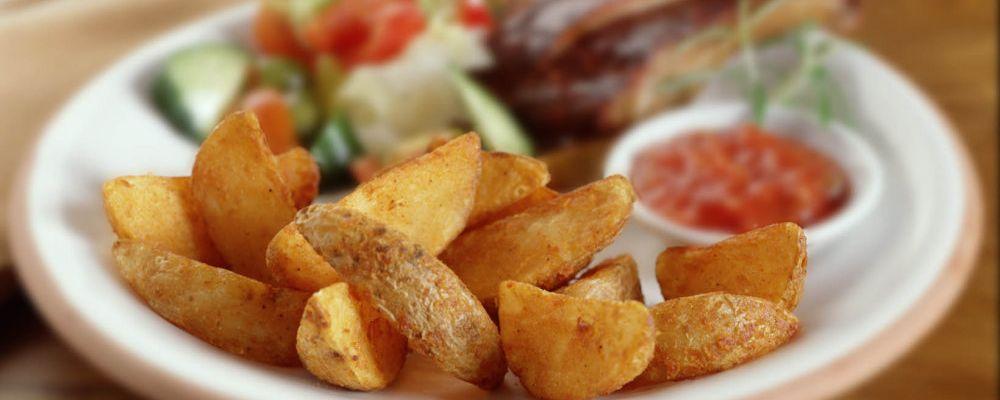 Żeberka z pikantnymi cząstkami ziemniaka i salsą