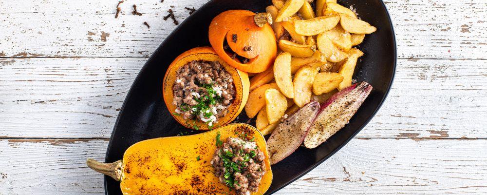 Dynie nadziewane ryżem z mięsem, cukinią i pieczoną cebulą podawane z Pati Parts