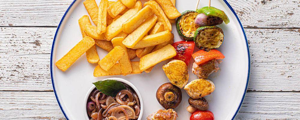 Szaszłyki z kurczaka  z salsiccią, warzywami i karmelizowaną cebulą oraz Steak Fries