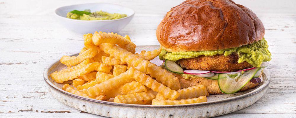 Hamburger z kurczaka, z sałatką z wiosennych warzyw, guacamole i frytkami Super Crunch Zig Zag
