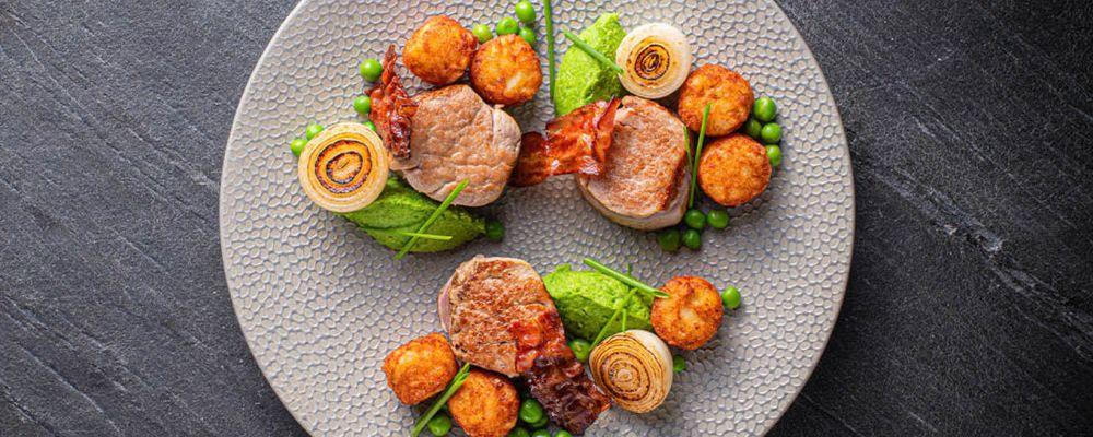 Mini Rösti z medalionami z polędwicy wieprzowej z chrupiącym bekonem i kremem ze świeżego groszku
